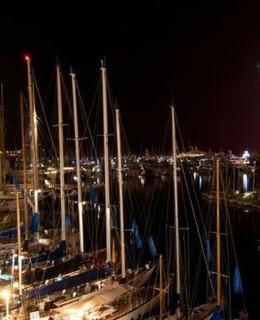 VUna suggestiva immagine notturna del porto di Imperia