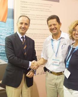 Fort Lauderdale 2016. L'ambasciatore italiano negli Usa, Armando Varicchio, si congratula con Emanuele Maria Valdenassi e consorte