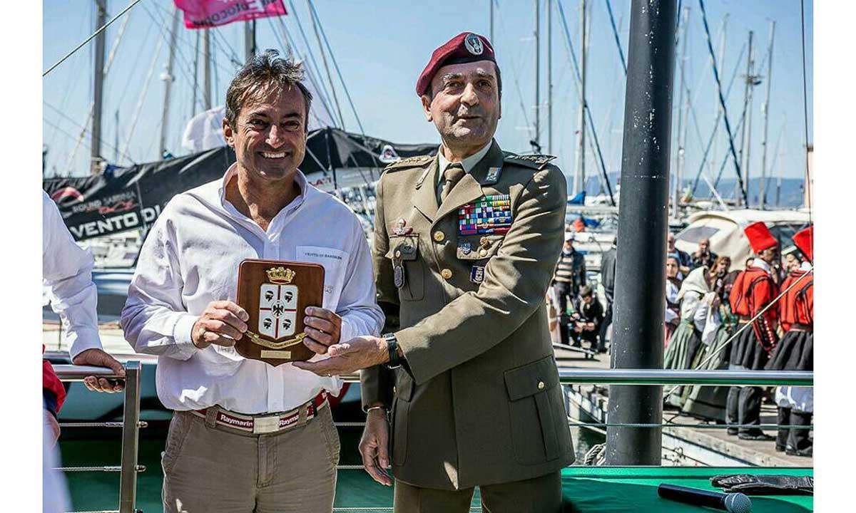 Andrea Mura con il comandante della Brigata Sassari