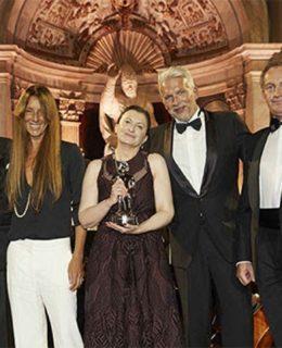 World Superyacht Award 2017. Carla Demaria (al centro) con il trofeo vinto da Mcy Botti 105