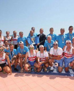 Tricolori Master. Nella foto il team Canottieri Limite. Al centro Saverio Cecchi con il trofeo