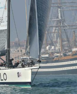 Spirit of Portopiccolo, sullo sfondo l'Amerigo Vespucci