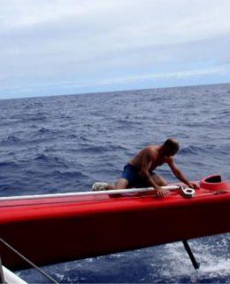 Soldini perde un timone a causa di una collisione in oceano