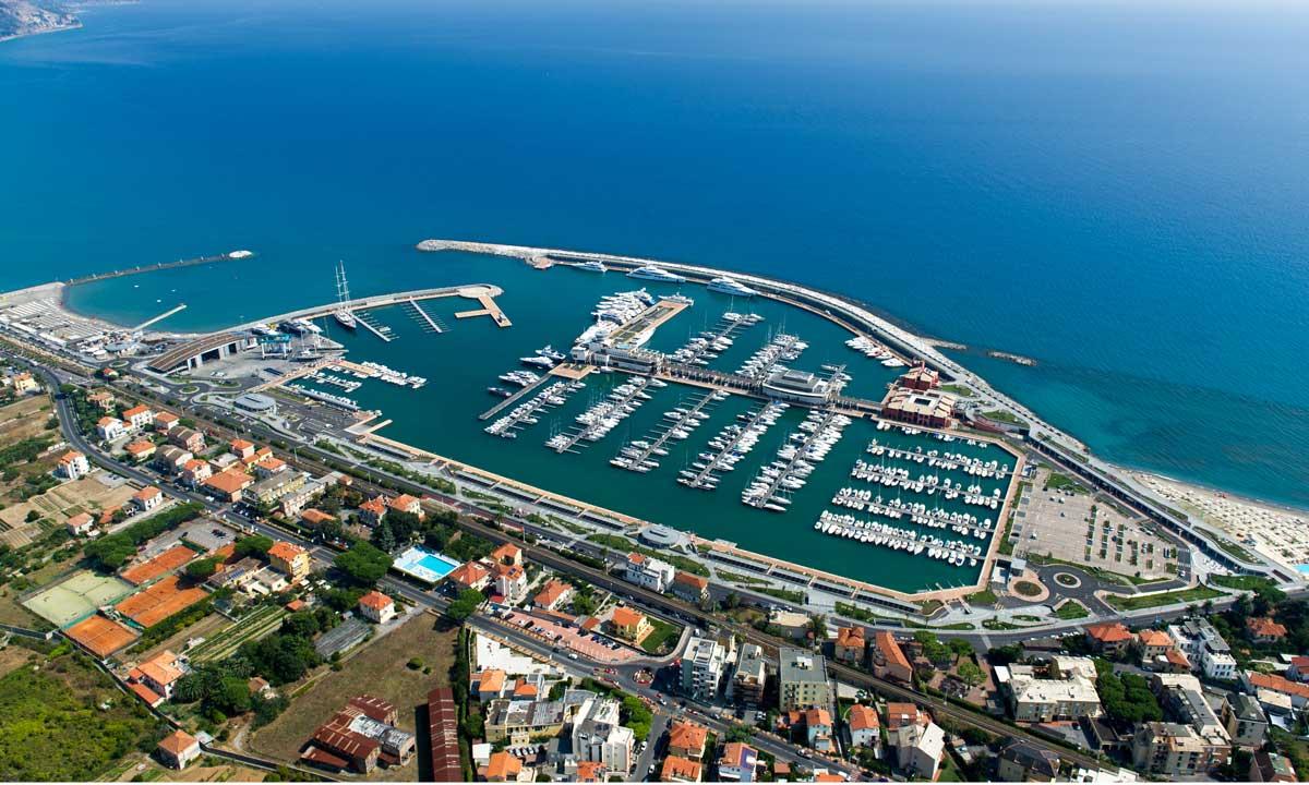 Panoramica aerea del porto turistico