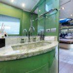 Marmi pregiati e specchi per il bagno