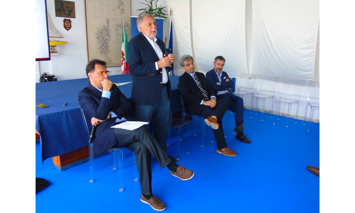 Norberto Ferretti (in piedi) spiega il suo grande ritorno