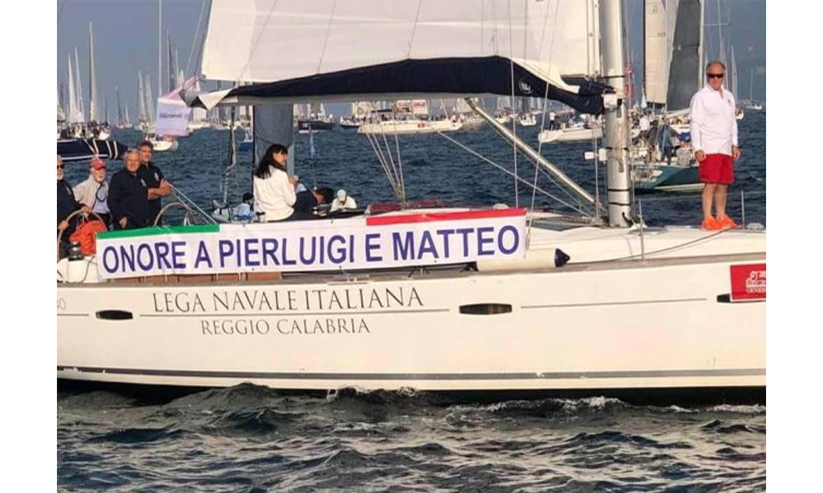 Io Accolgo. Nella foto la barca LNI con lo striscione per gli agenti uccisi (Fonte Trieste Cafè)
